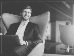 entrepreneur-souriant-salon-travail-conciergerie-privee-elysees-conciergerie