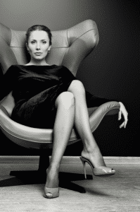 femme-affaire-fauteuil-cuir-bureau-direction-luxe-elysées-conciergerie