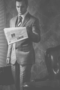 homme-affaires-valise-journal-matin-elysees-conciergerie
